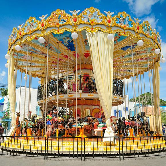 Hund versteckt auf dem Karusell