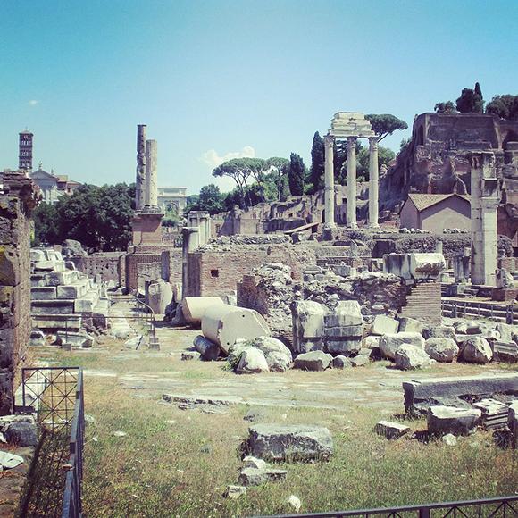Hund versteckt in Rom